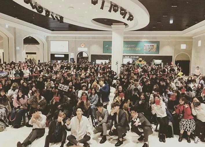 iKON hold first fansign event for RETURNera